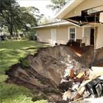 Gigantikus üregbe szakadt bele egy floridai ház egyik oldala – fotó