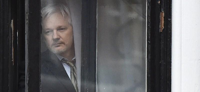 Három négyzetméteren gördeszkázó Assange – elképesztő felvételek a Wikileaks-alapítóról