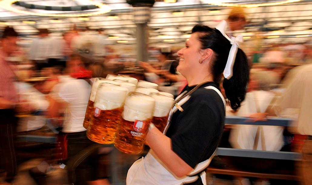 Tíz, sörrel teli literes korsót visz egy pincérnő Münchenben 2009. szeptember 19-én, az Oktoberfest első napján. A 176. müncheni Oktoberfestre, mely október 4-ig tart, 6 millió látogatót várnak.