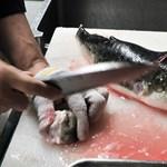 Megették a hatkilós gömbhalat, egyikük meghalt, a többiek kórházba kerültek