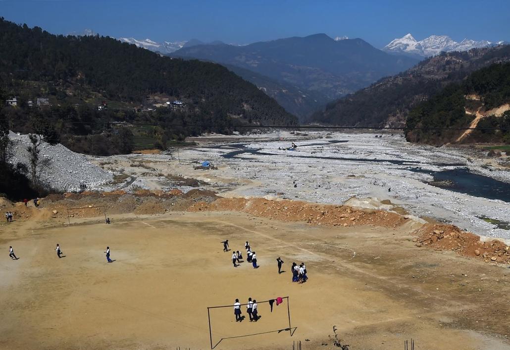 afp.18.02.15.- Nepáli iskolások fociznak a hegyek között