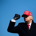 Perek özöne zúdulhat a Fehér Ház kapuján kilépő Trumpra