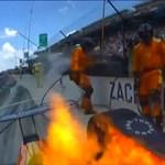 Így még nem oltottak el égő autót: az Indy 500 versenyzője inkább a gázra taposott, és milyen jól tette - videó