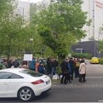Tüntetéssel várták a Quaestor-károsultak a MOB-elnökválasztásra érkező Borkait – videó