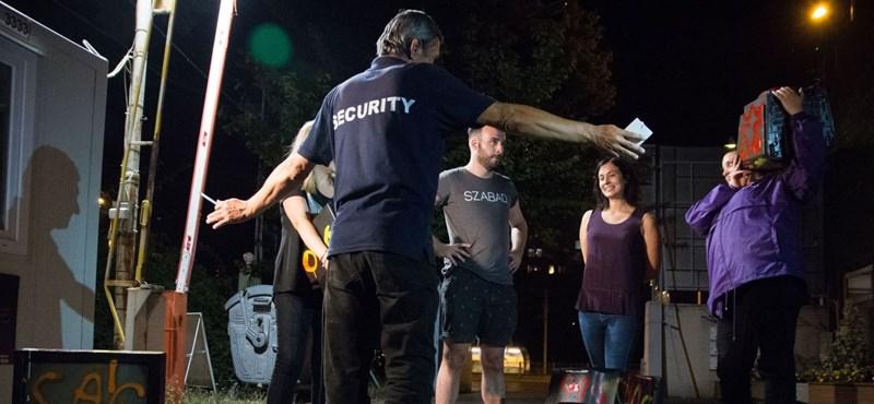"""""""Magánterület, kifele"""" – elzavarták a momentumos tüntetőket a Hír Tv-től"""