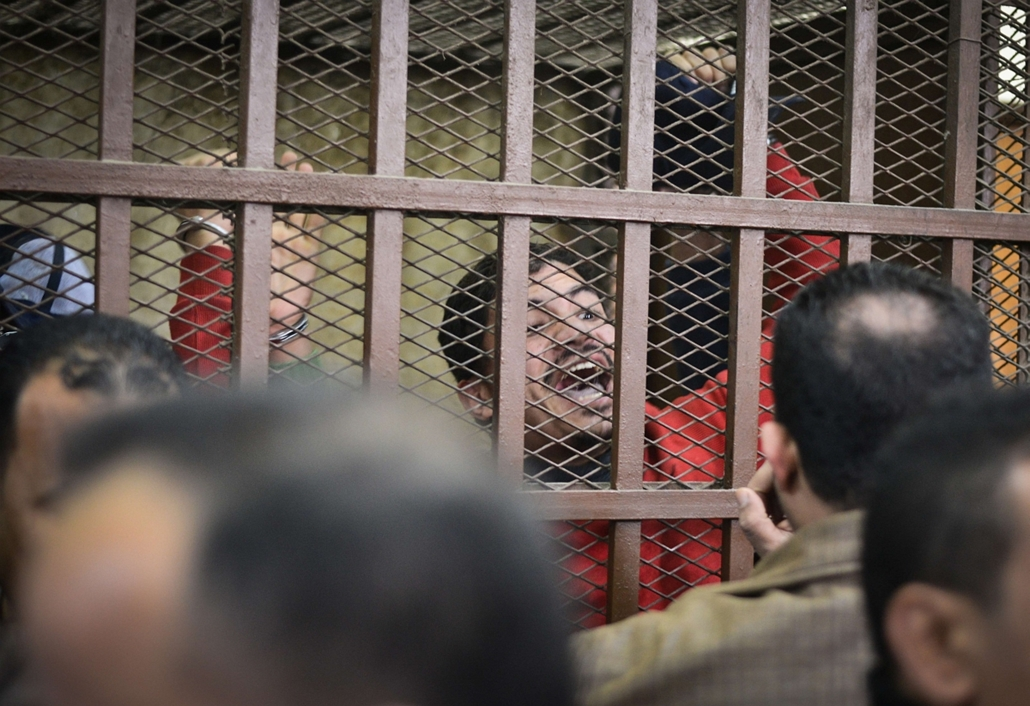 afp. Kairó, Egyiptom, 2015.01.12. melegfürdő - Defendants react behind the bars at a court in Cairo following the acquittal on January 12, 2015 of 26 male men accused of debauchery after they were arrested in a night-time raid on a bathhouse in the Egypti