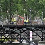 Óriási súlytól szabadítják meg a híres párizsi gyalogoshidat – fotók