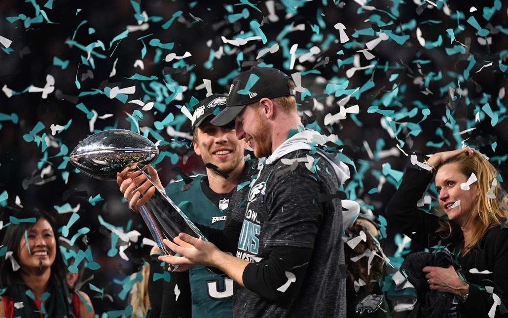 afp.18.02.04. - Minneapolis, USA: Nick Foles és Carson Wentz az 52. alkalommal megrendezett Super Bowl döntője után a minneapolisi U.S. Bank Stadionban 2018. február 4-jén. - amerikaifutball, amerikai foci, nfl
