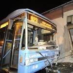 Patika falába csapódott egy busz Pesterzsébeten – fotókon a hajnali baleset