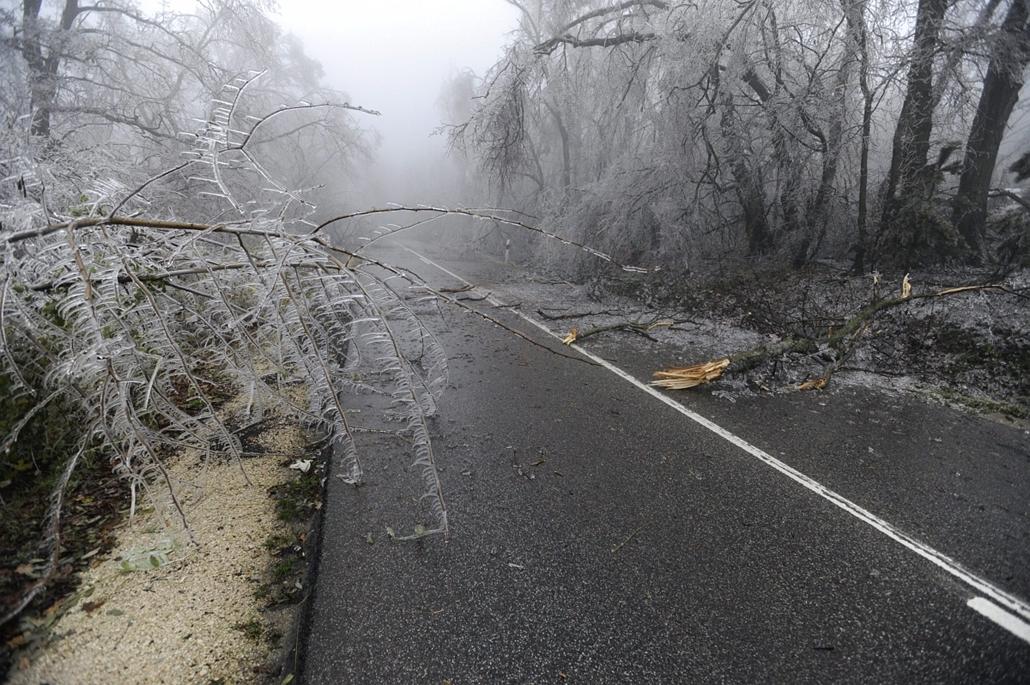 mti. Ónos eső 2014.12.02. tél 2014, jegesedés, Lezártak egy útszakaszt Mogyoród és Gödöllő között