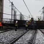 Négytonnás szerkezet szakadt rá Románia legforgalmasabb vasútvonalára – videó