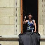 Kunhalmi fekete zászlót lógatott ki a Parlament ablakából - fotók