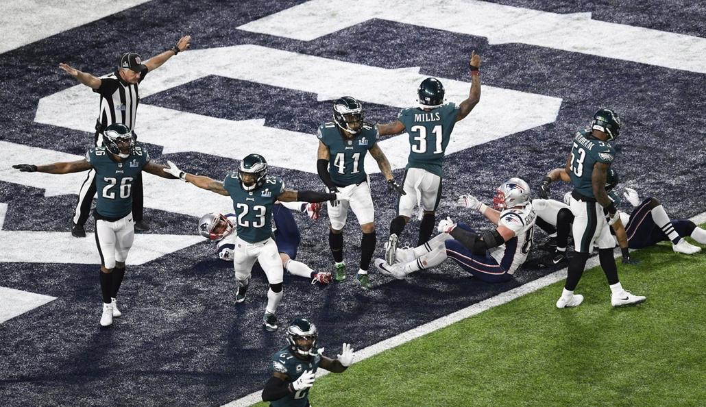 epa.18.02.04. - Minneapolis, USA: A Philadelphia Eagles játékosai a 41-33 arányú győzelmük után az 52. alkalommal megrendezett Super Bowl döntőjén a minneapolisi U.S. Bank Stadionban 2018. február 4-jén. - amerikaifutball, amerikai foci, nfl