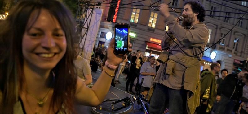 Az éjjel még nem ért véget - pár száz fős kemény mag az Oktogonnál tüntet