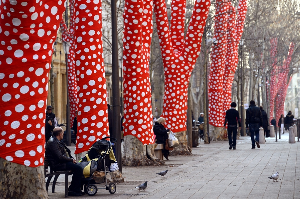 """Fák világnapja - FRANCE, Aix-en-Provence : People sit on public benches at the Cour Mirabeau where plane trees were covered up by Japanese artist Yayoi Kusama, on January 9, 2013 in Aix-en-Provence, southern France, two days ahead of the 2013 """"Marseille-P"""