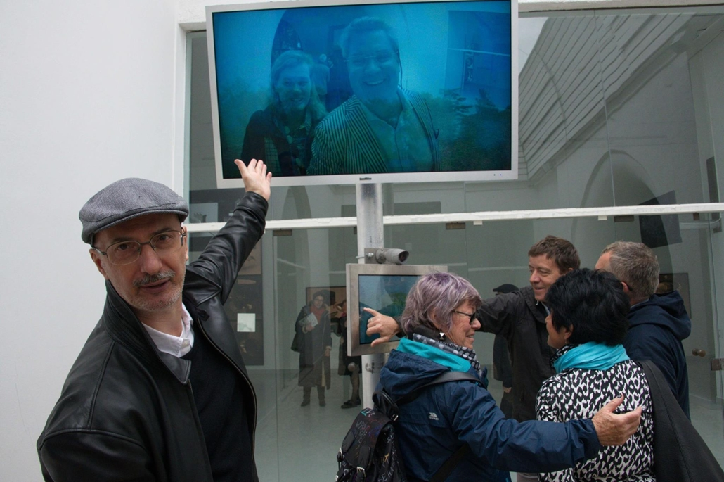 kka. Nagyítás 58. Velencei Biennálé Waliczky Tamaás megvalósítható és működőképes képzelt kamerái mellett interaktiv szelfikészítő gépet állított ki a magyar pavilonban