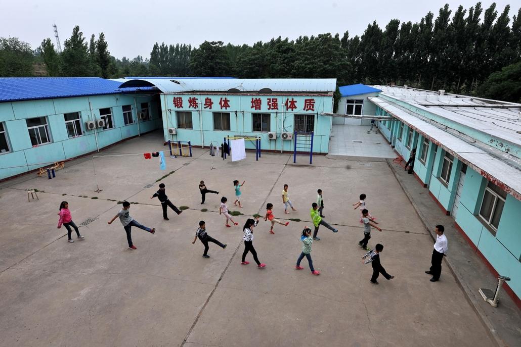 """afp.16.06.01. - HIV-fertőzött gyerekek a """"Piros Szalag"""" iskolába udvarán. A 2011-ben alapított speciális oktatási intézményben az tananyagon kívül orvosi ellátásban részesülnek, és pszichológiai segítséget is kapnak a gyerekek."""