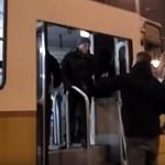 Elfogták a 17-es villamos utasainak egyik támadóját