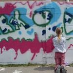 Fiatalkorú bűnözők mossák le a graffitit