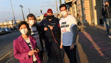Videó: #freenavalny feliratot fújt a külügyminisztérium elé Fekete-Győr, Hadházy és Szél