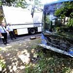 Rosszul lett a sofőr, árokba borult a 98E busz Budapesten