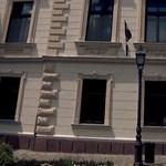 Szintet lépett a firkaháború: az Echo TV arról készített videót, hogy összegraffitizi Simicska házát