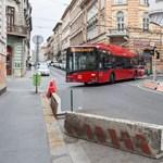 Betonterelőkkel védik a trolibuszok útvonalát a szabálytalanul parkoló autóktól