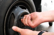 Tizennégy autóról lopott kerekeket egy férfi, miközben bűnügyi felügyelet alatt állt