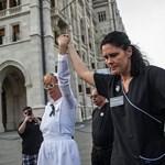 Eljárás indult a fekete ruhában tiltakozó ápoló ellen