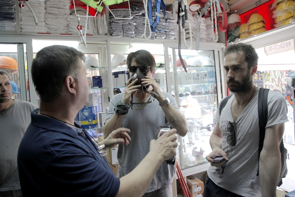 Törökországi tüntetések, 2013, június - Protestors buy gas masks from shops  on June 1, 2013, during a protest against the demolition of Taksim Gezi Park, in karakoy in Istanbul. Police reportedly used tear gas to disperse a group, who were standing guard