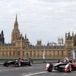 Elektromos formulaautók cirkáltak London utcáin - videó