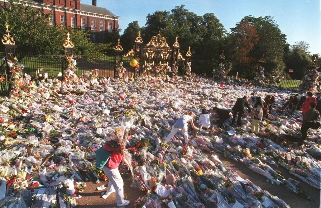 afp.97.09.02. - London, Egyesült Királyság: Virágok a Kensington-palota előtt két nappal Diana hercegnő halála után.