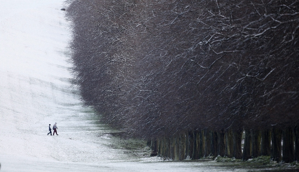 AP_! - febr.12-ig_! - 15.01.29. - Belfast, Írország: séta a város egyik hófödte részén. A havazás miatt több száz iskola maradt zárva Írországban és Nagy-Britanniában - 7képei