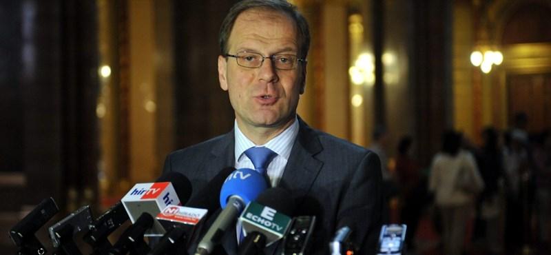 Navracsicsék 2015-ig szóló tanácsadói szerződéseket kötöttek