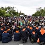 A felségsértésért járó akár 15 évnyi börtöntől sem félnek a thaiföldi tüntetők