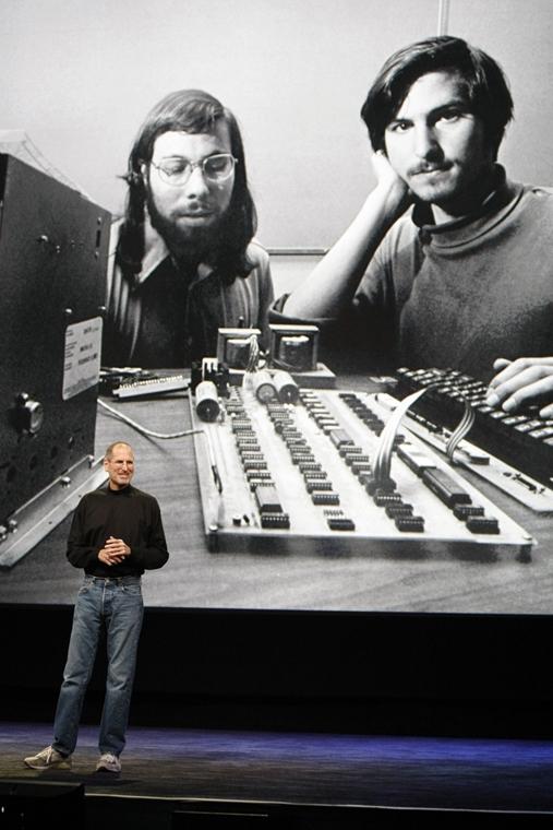2010. január 27. egy San Franciscoi Apple rendezvényen Steve Wozniakkal, az Apple egykori alapítójával és vezérigazgatójával. - Steve Jobs évforduló -nagyítás