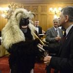 Fotó: mohácsi busó érkezett a Parlamentbe