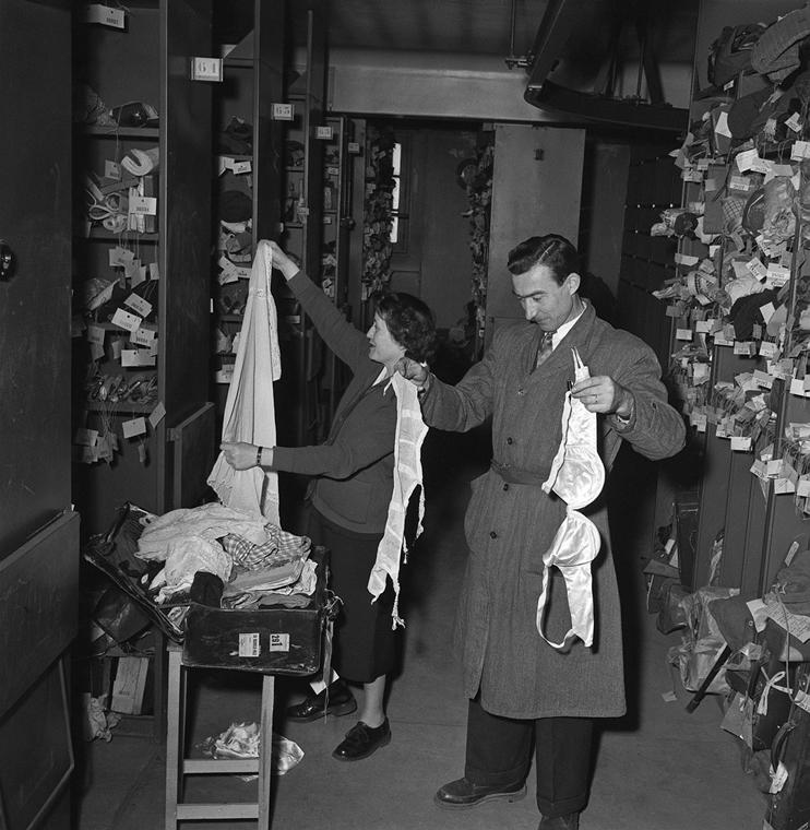 afp.1954.06.10. - Talált tárgyak osztályán - melltartó nagyítás