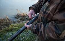 Egy nyúlra célzott, de a hajtót találta el a rendőr a vadászaton