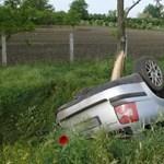 A navigációt állítgatta, az árokba hajtott egy sofőr Gyulaházánál