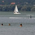 Repülő esett a Balatonba, egy vízibiciklis nyaraló eltűnt