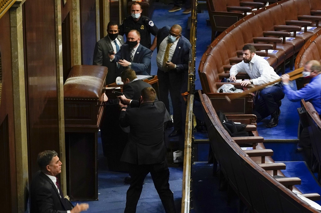 !AP! 20210205ig!! mti.20.01.06. Trump tüntetők Capitolium Capitoliumi rendőrök fegyverrel a kezükben állnak egy elbarikádozott ajtó mögött, mert Donald Trump republikánus párti amerikai elnök támogatóinak egy csoportja megpróbál betörni az ülésterembe 202