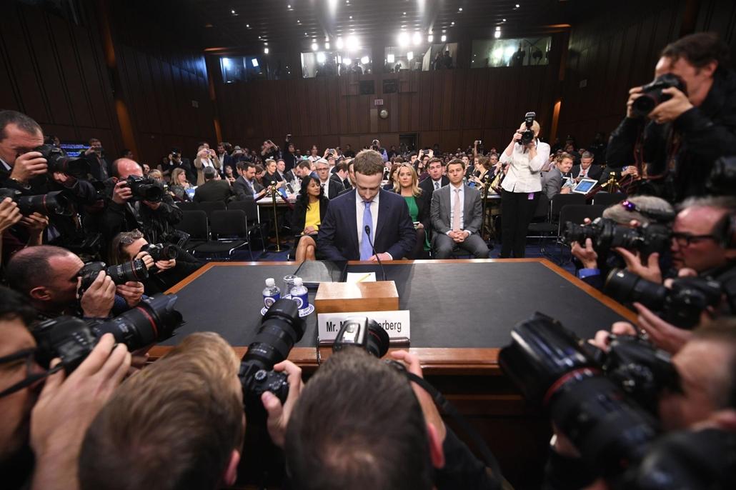 afp.18.04.10. Mark Zuckerberg Facebook vezérigazgatójának tanuvallomásara érkezett április 10-én