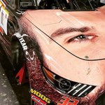Fotó: ezen a szakállas versenyautón vannak most fennakadva az amerikaiak