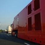 A nap fotói: a magyar autópályákat elárasztották a Forma 1-es kamionok