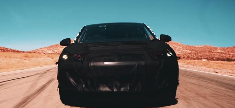 Itt a Tesla nagy riválisának első autója – videó