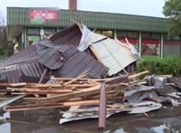 Kocsira zuhant egy ház teteje a viharban Sarudon