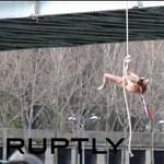Durva performansszal várta az iráni elnököt Párizsban a Femen – videó