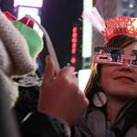 Így csattantak a csókok New Yorkban, 2012 első perceiben (videó)