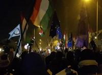 A Kossuth tér kiürült, a tömeg nagy része a köztévéhez vonul - percről percre